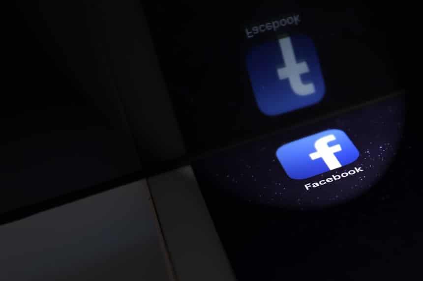 Facebook Logo, App, auf einem iPad mit Spiegelung No property release, No Trademark rights Feature Datenaffaere bei Facebook,
