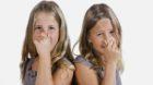 Bildnummer: 58967029  Datum: 30.08.2012  Copyright: imago/imagebrokerZwillinge, M‰dchen, 9 Jahre, halten sich die Nase zu