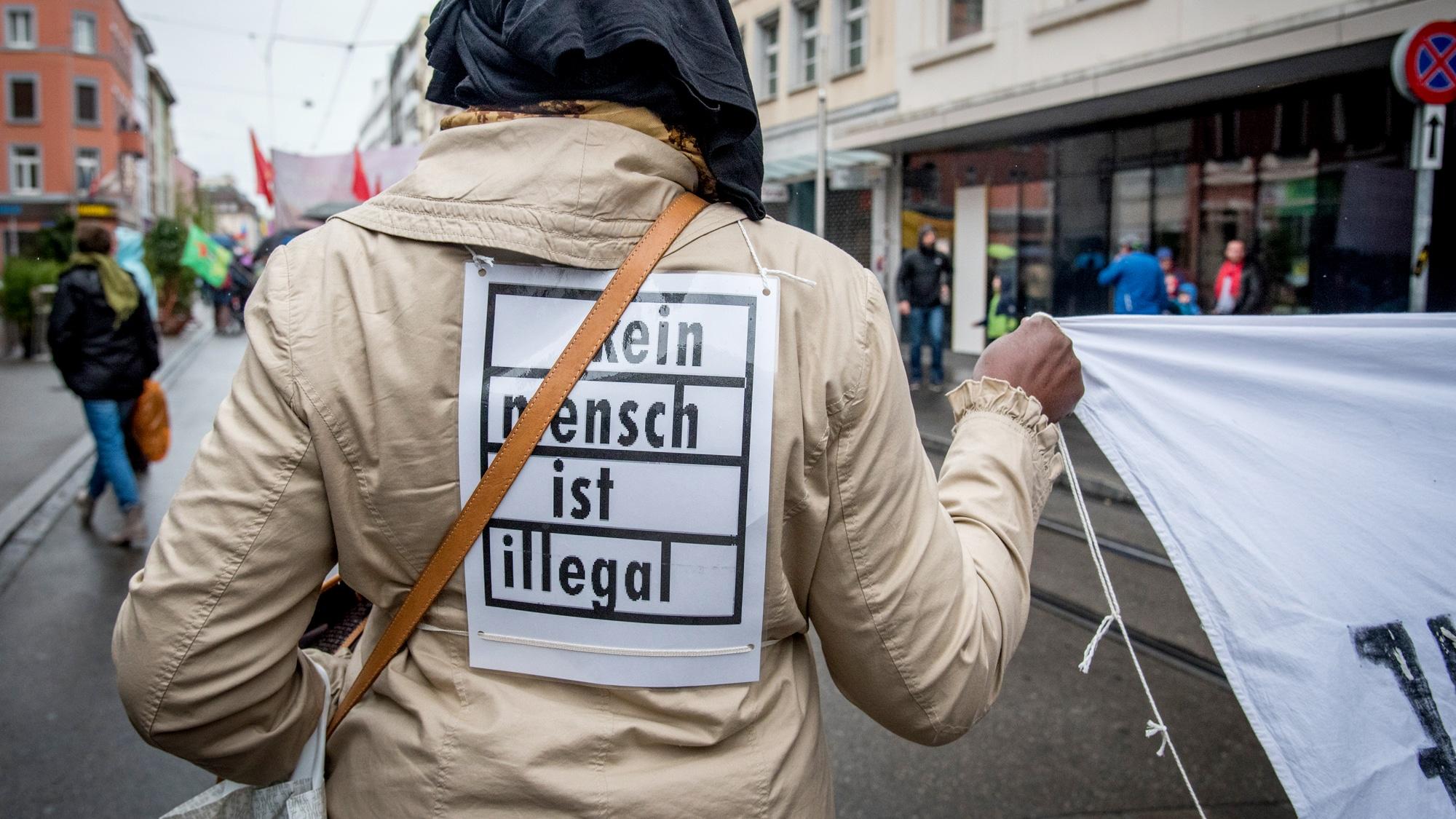 Die Basler Regierung möchte den Sans-Papiers entgegenkommen, die SVP will das Gegenteil.