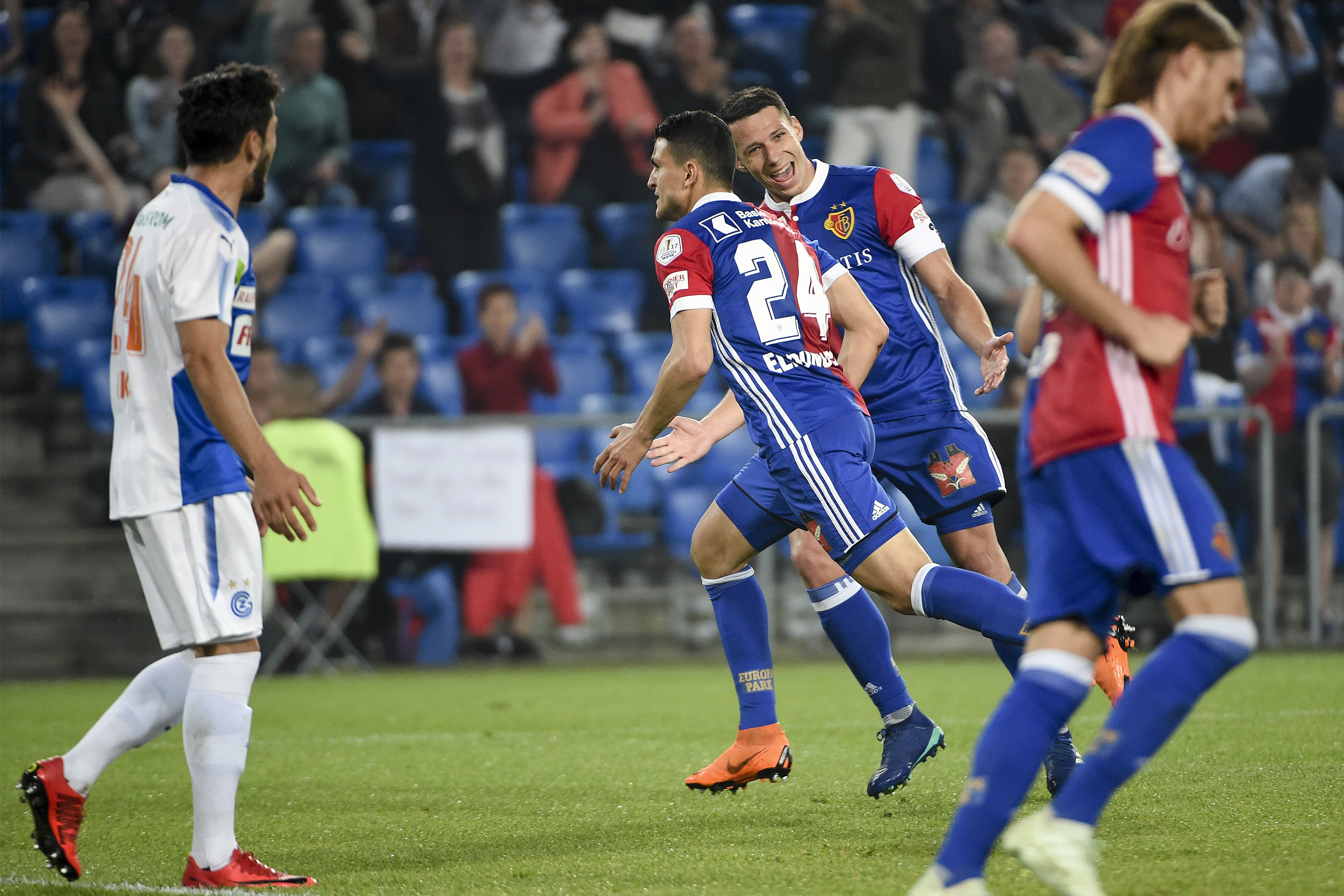 18.04.2018; Basel; Fussball Super League - FC Basel - Grasshopper Club Zuerich; Mohamed Elyounoussi (Basel) und Marek Suchy (