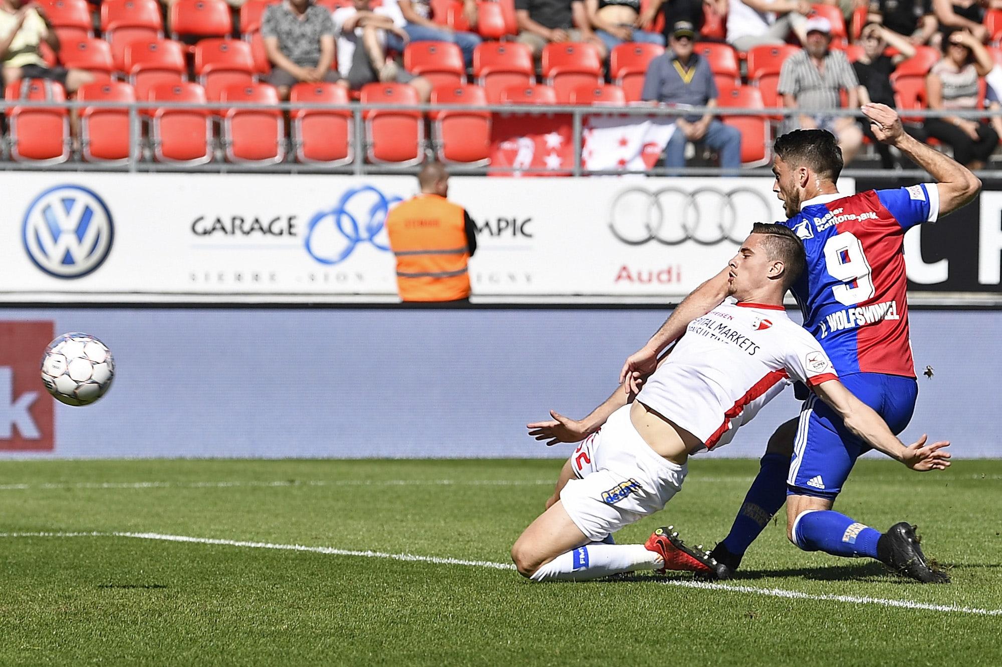22.04.2018; Sion; Fussball Super League - FC Sion - FC Basel;Ricky Van Wolfswinkel (R, Basel) erzielt das Tor zum 0:1 gegen