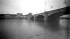 Unser Praktikant hat die Rheinbrücke mit einer Schachtel fotografiert. Belichtungszeit: 30 Minuten.