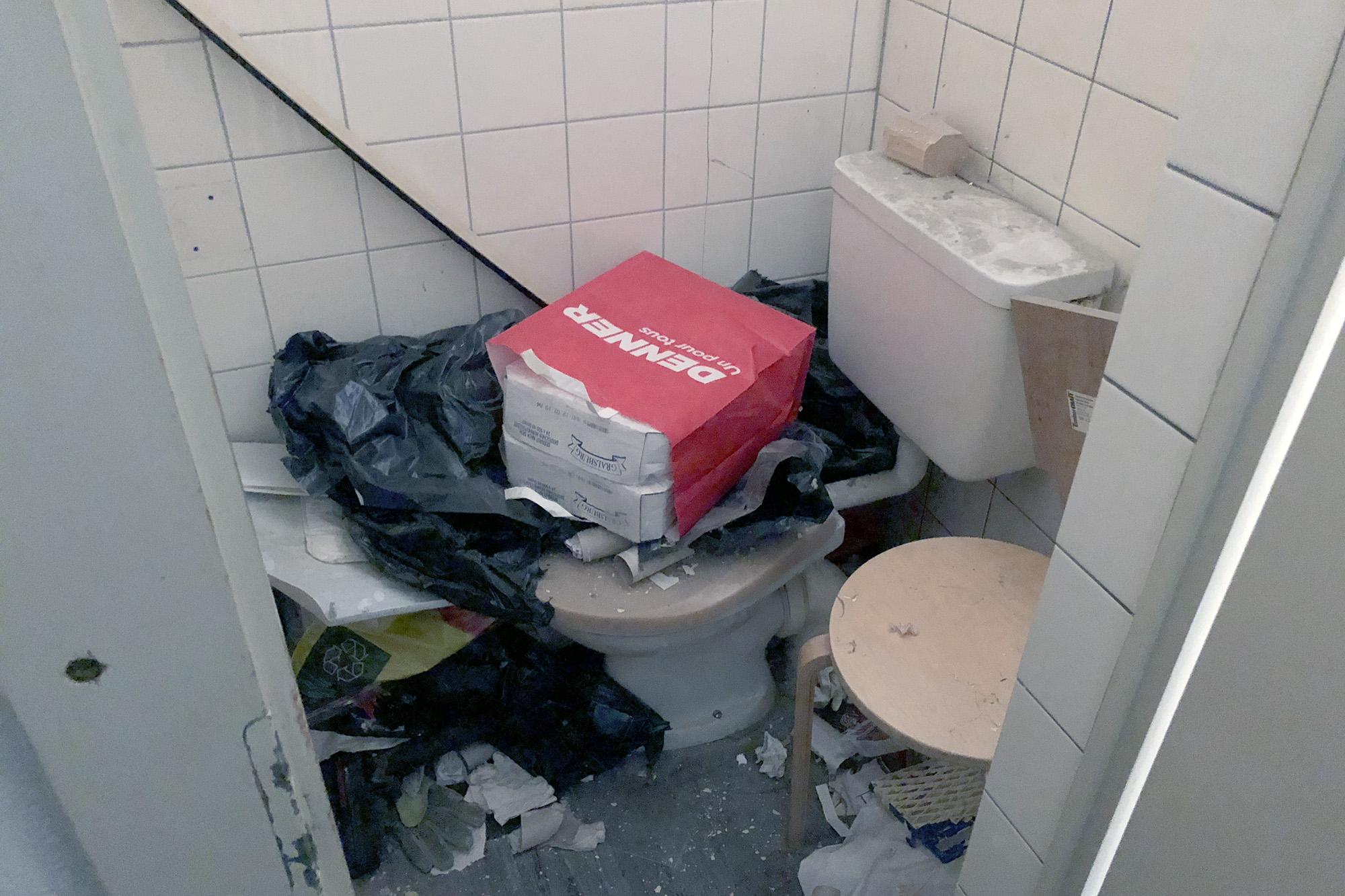Blick in eine der WC-Kabinen auf der Männertoilette der Pension Rheingasse.