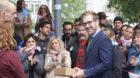 Trotz kämpferischer Aufmachung gab es bei der Unterschriftenübergabe der Robi-Spiel-Aktionen an Erziehungsdirektor Conradin