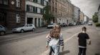 Kinder gehen auf dem Trottoir in der Klybeckstrasse.