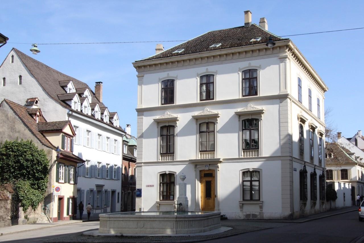 Das Haus zum Schöneck an der St. Alban-Vorstadt.