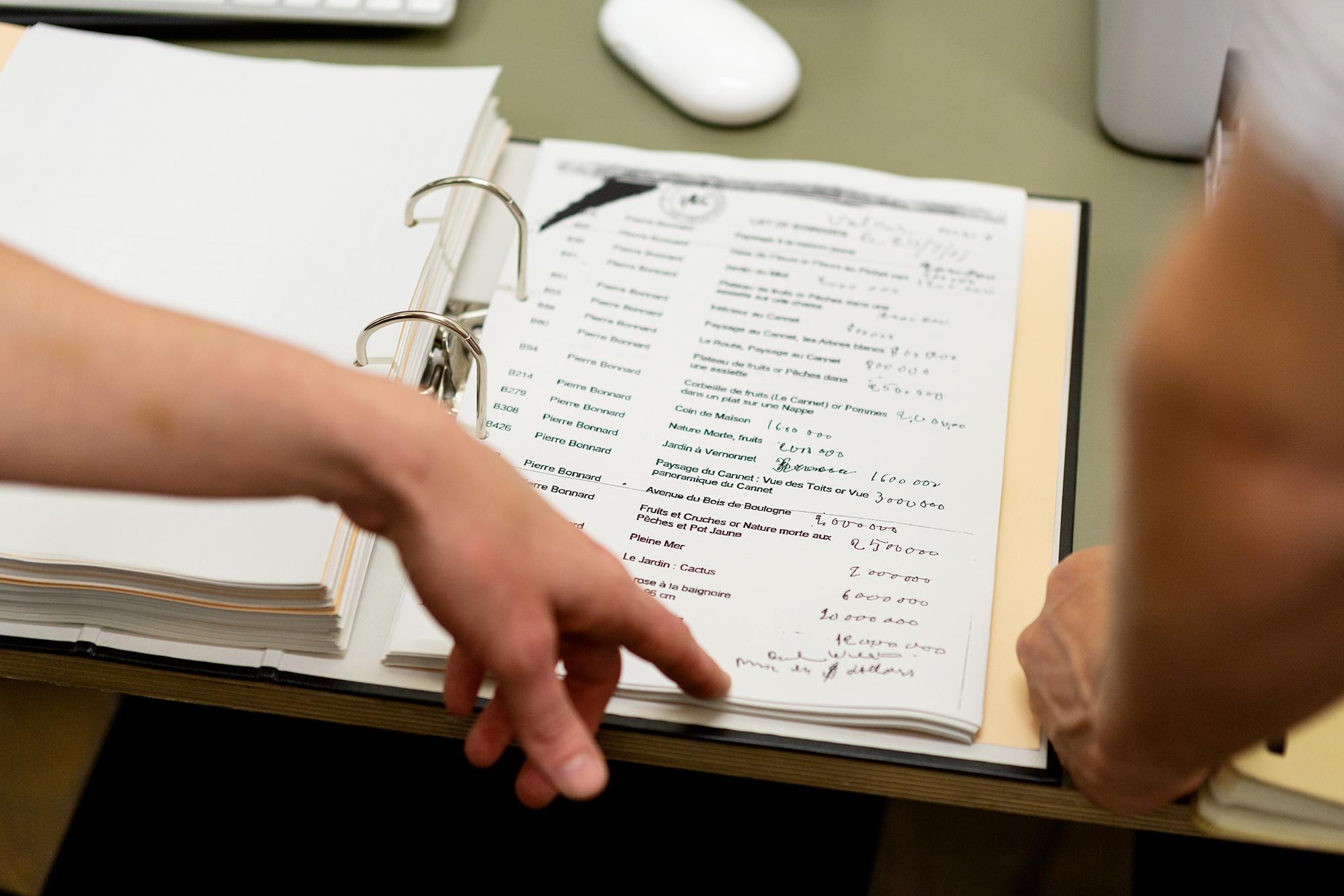 In dicken Ordnern dokumentieren RYBN ihre Recherchen. Hier etwa eine Liste von Kunstwerken, die ein Sammler anhäufte, um Ste