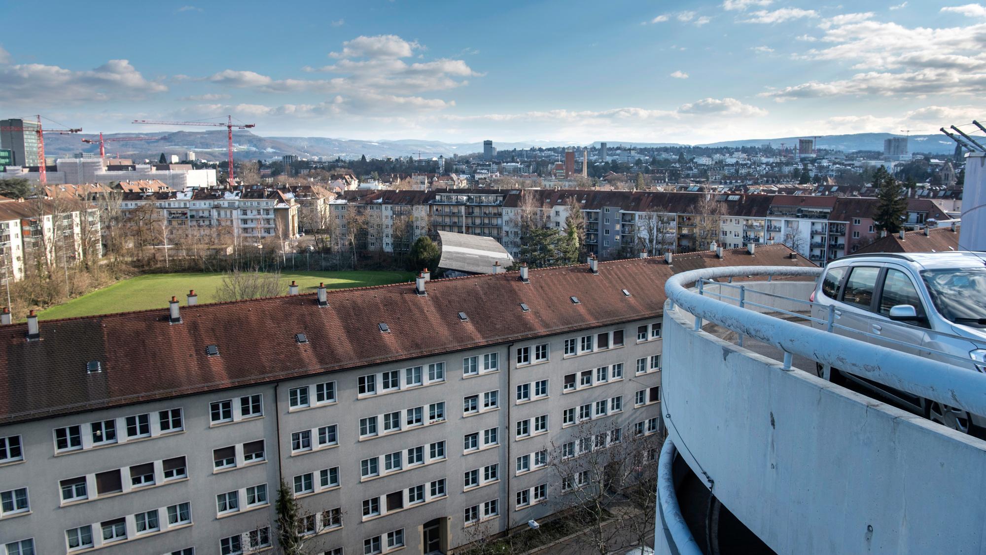 Blick vom Messeparkhaus auf den Landhof, wo ein Quartierparking gebaut werden soll.