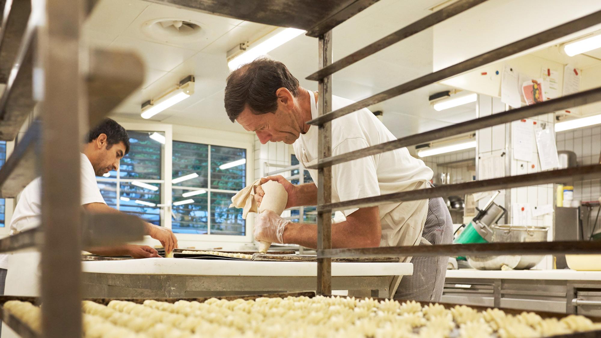 Nach dem Brot kommt das Spritzgebäck dran: Markus Krebs legt in seiner Bäckerei selbst Hand an.