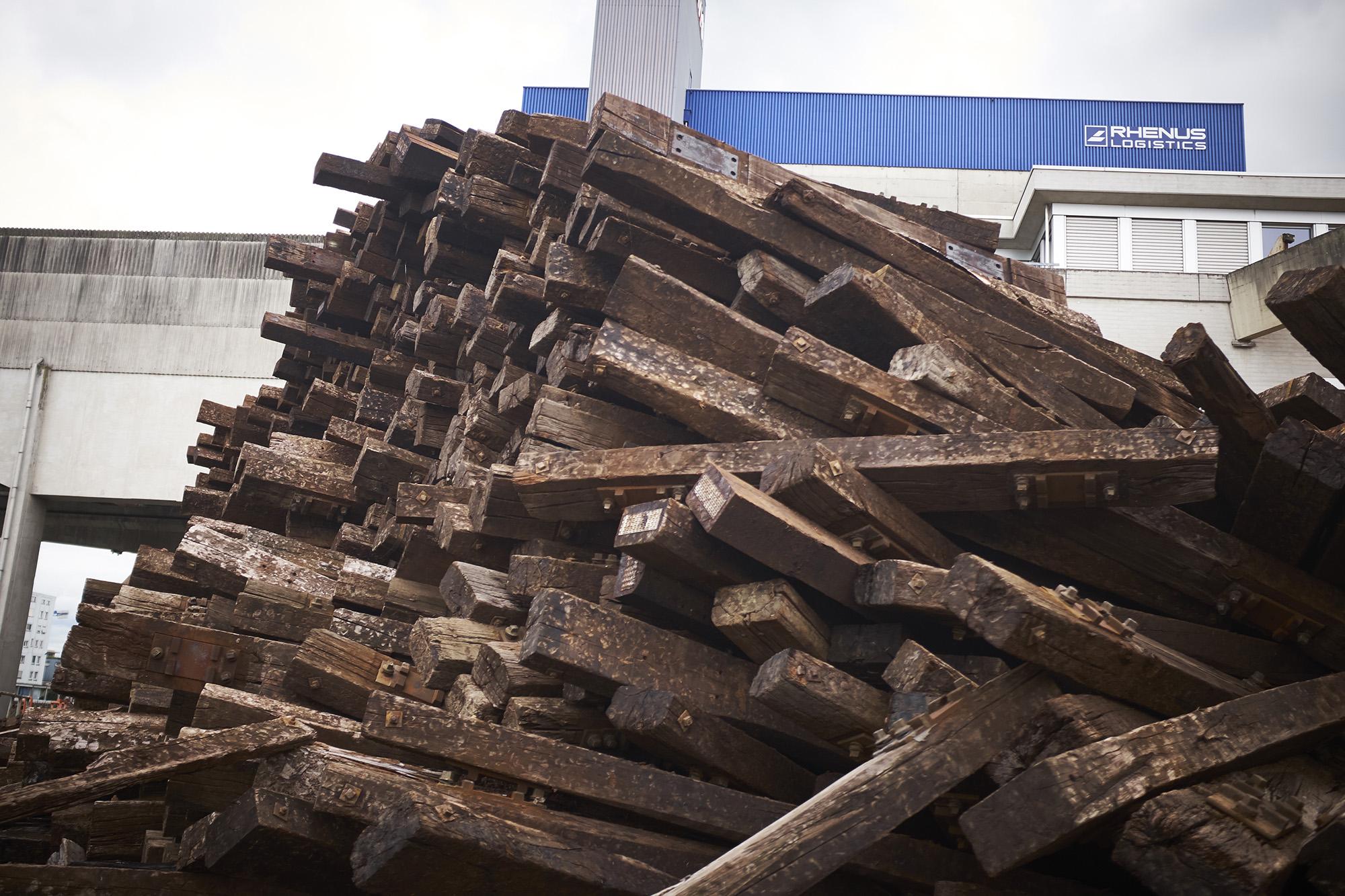 Noch liegen die giftigen Bahnschwellen am Westquai, doch das Depot soll bis Ende Juli aufgelöst werden, verspricht Rhenus.