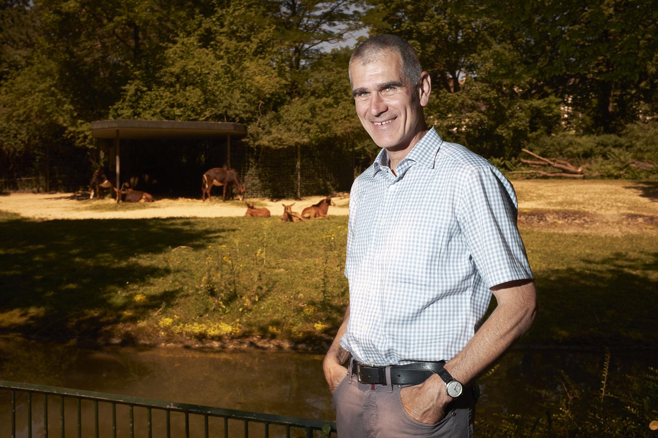 So entspannt traf er die Tiere als Tierarzt früher nicht an: Zollidirektor Olibier Pagan bei den Rappenantilopen.