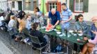 Fischerstube-Wirt Karim Frick schneidet das Gastgeschenk eines Anwohners auf.