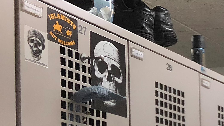 Der Spind des Anstosses im Basler Untersuchungsgefängnis mit dem Sticker der rechtsextremen Identitären Bewegung.
