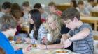 Schueler beim Mittagessen in der Schulkantine einer Ganztagsschule. Goettingen, Deutschland. 19.09.2014. Goettingen Deutschla