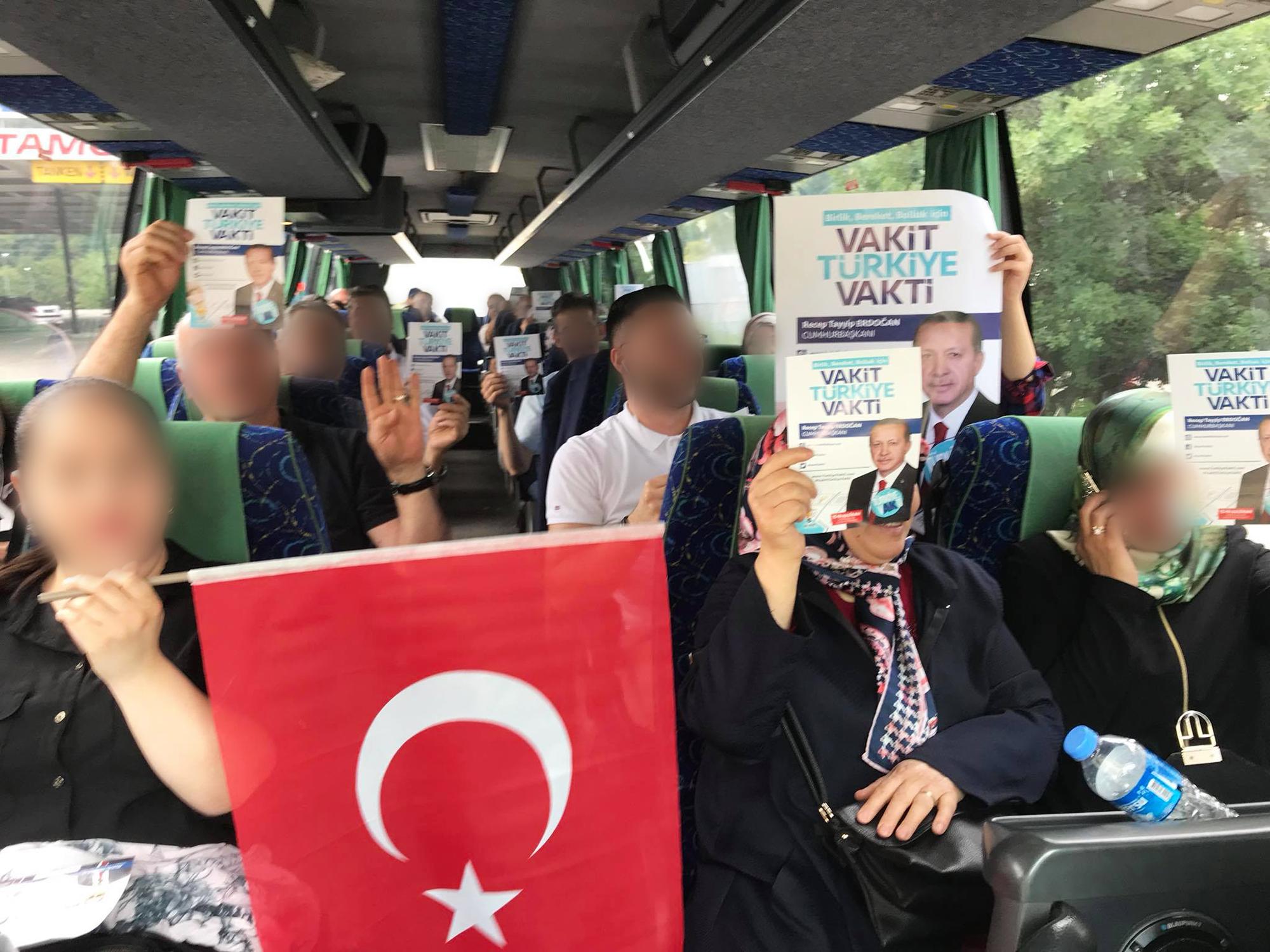 Erdogan-Fans auf dem Weg zur Stimmabgabe: Busse karrten die AKP-Anhänger aus der ganzen Schweiz an die Urnen.