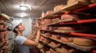 Ramona Malzacher vor ihrem Käse.