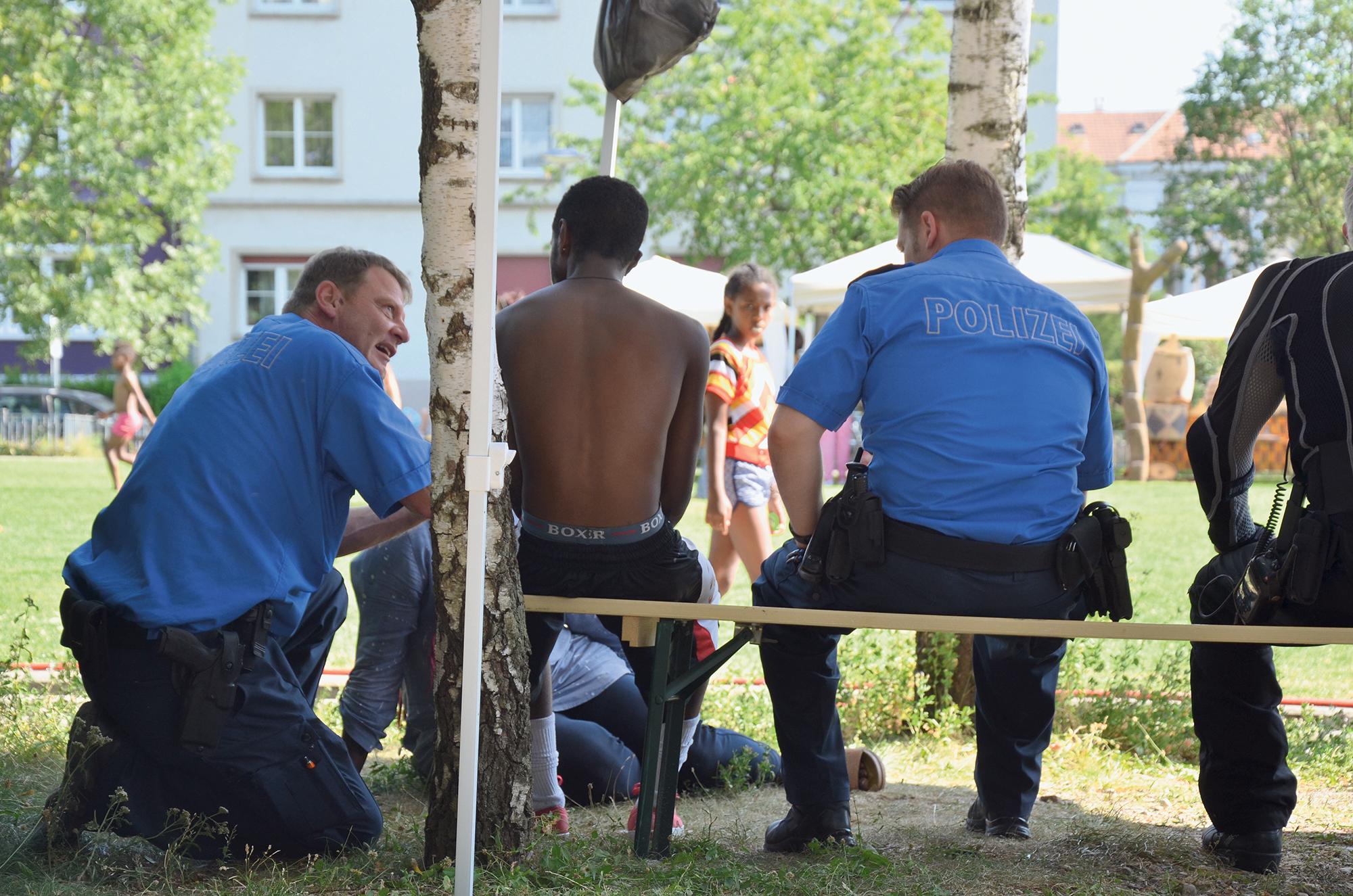 Community-Polizist Lukas Faulstich (links) erklärt einem Jugendlichen am «Dreirosen Fest», wozu er und sein Kollege Michel