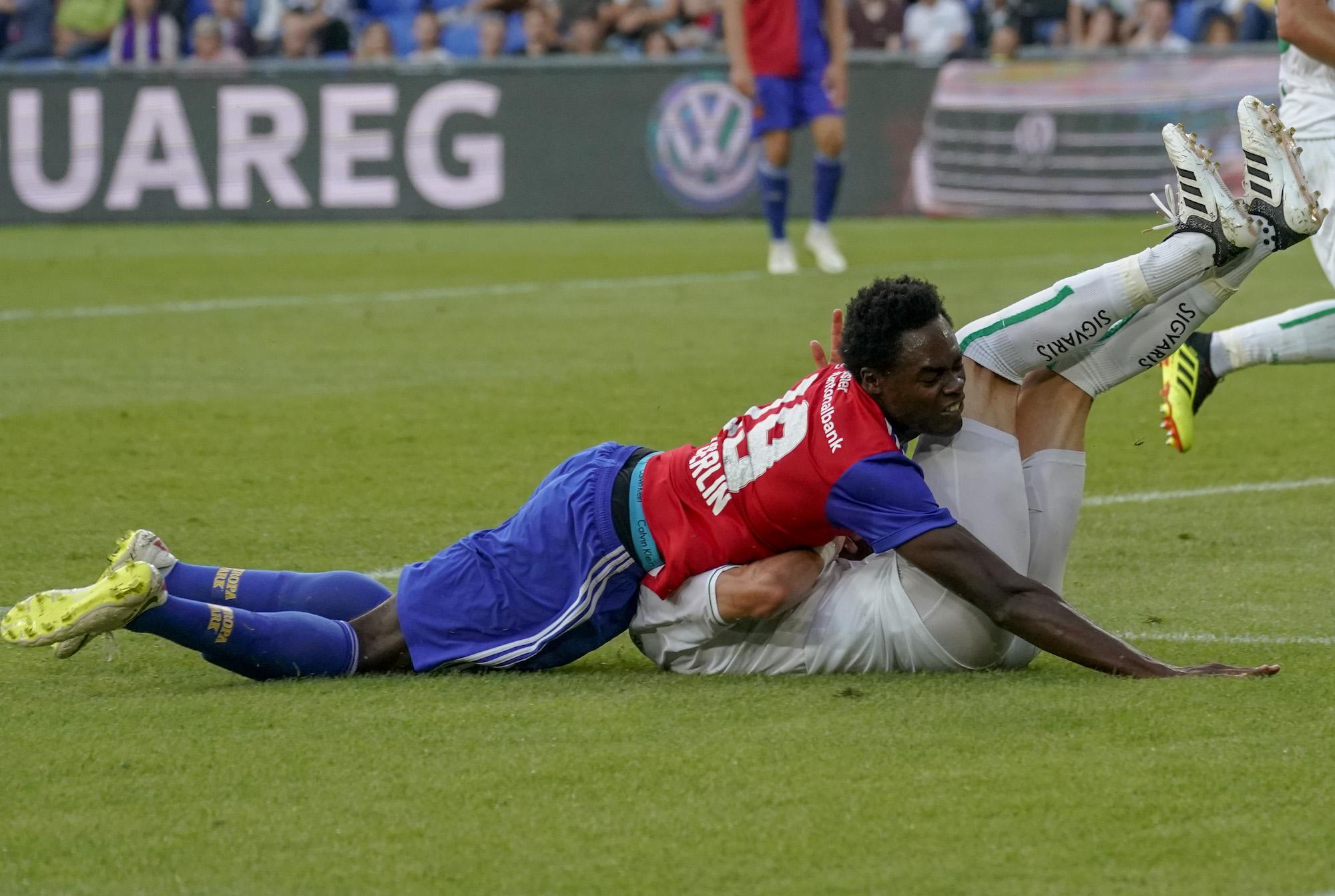 21.07.2018; Basel; FUSSBALL SUPER LEAGUE - FC Basel - FC St.Gallen;Bruchlandung fuer Dimitri Oberlin (Basel) gegen Jordi Qui