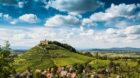 Weinreben und Burg Staufen, dahinter das Rheintal, Staufen im Breisgau, Markgr‰flerland, Schwarzwald, Baden-W¸rttemberg, D