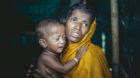 Samila, 25 Jahre mit ihrem Sohn. Sie floh mit ihrem 87-jährigen Mann aus einem Dorf an der Küste in Rakhine State, Myanmar.