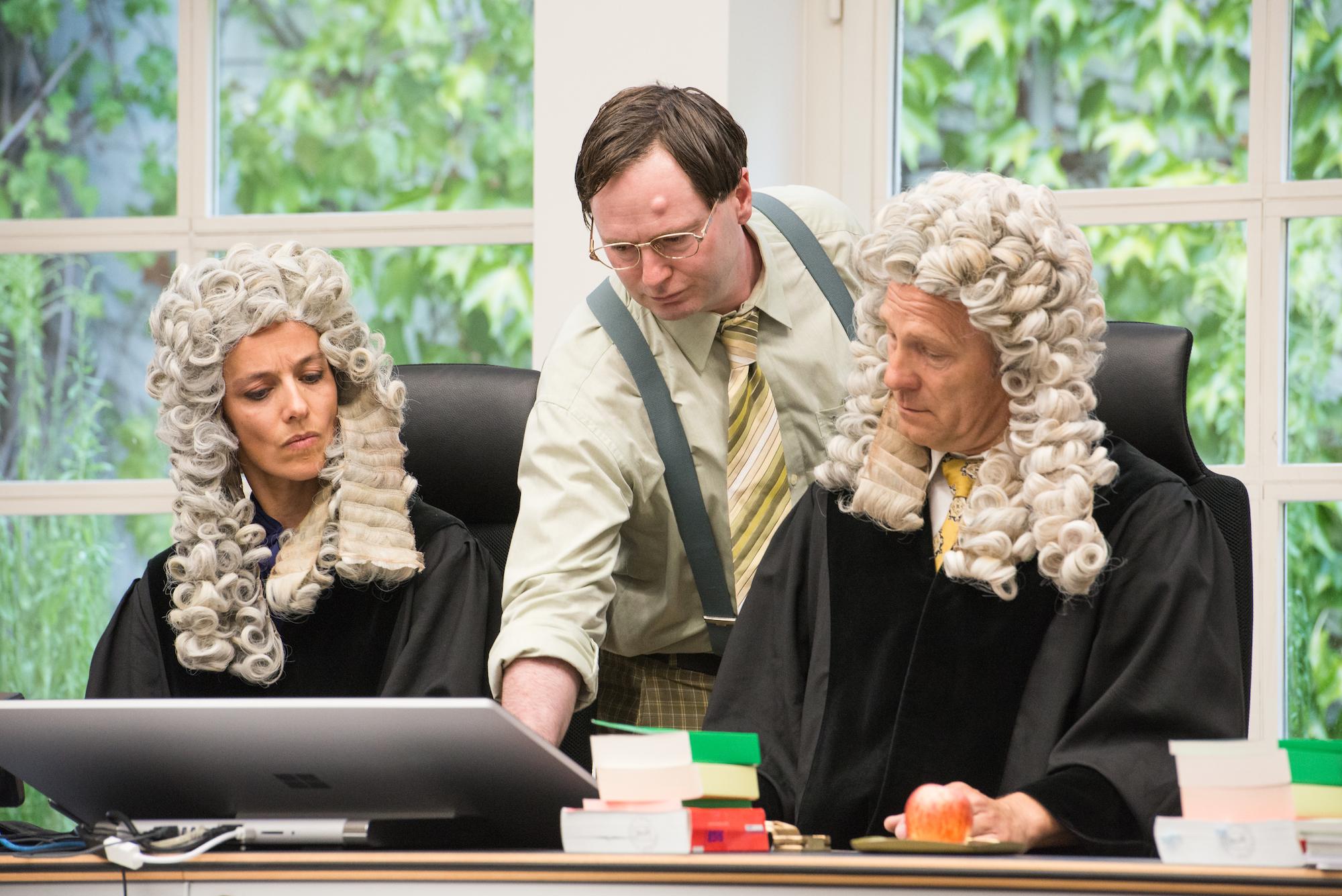 Theater im Gerichtssaal.