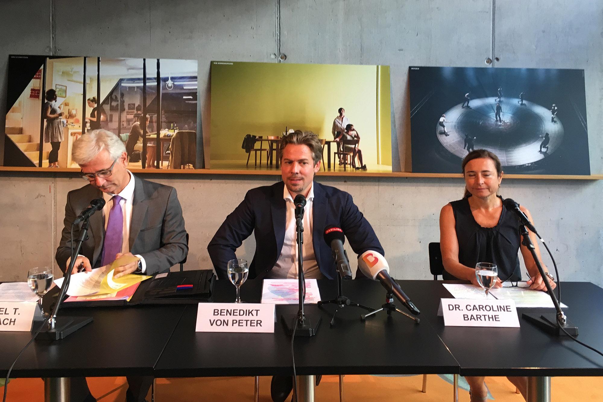 Basels neuer Theaterdirektor Benedikt von Peter, flankiert von Verwaltungsratspräsident Samuel Holzach und der Leiterin der