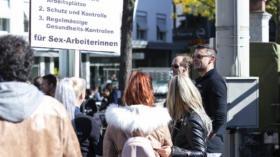 Die Demonstration kommt am Barfüsserplatz zum Stillstand. Marco Block, ganz rechts, hatte auch dort nicht wirklich viel zu s