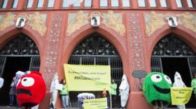 Vergeblicher Greenpeace-Protest gegen das Ozeanium-Projekt.