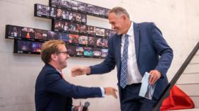 Grosses Hallo: Conradin Cramer und Hans-Peter Wessels versprechen sich viel von der neuen Halle.