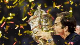 28.10.2018; Basel; Tennis - Swiss Indoors 2018; Roger Federer (SUI) kuesst die Trophee(Pascal Muller/freshfocus)