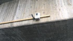 Ziemlich auffällig und eher improvisiert: die Kamera am St. Johanns-Rheinweg.
