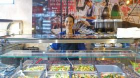 Streetfood an der Clarastrasse: eine Angestellte hinter der Theke des Thai House.