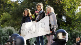 Linke Gegendemonstranten protestieren gegen Rechtsextreme und Rechtspopulisten der Kampagne WIR F‹R DEUTSCHLAND (WfD), die
