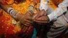 Ein junges Paar gibt sich in Indien das Jawort. Die Schweizer Fachstelle Zwangsheirat berät immer mehr Asylsuchende, die Opf