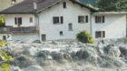 Ein Bergbach verwandelte den Bergsturz in einen gewaltigen Murgang. Dieser streifte Bondo und überspülte die Hauptstrasse d