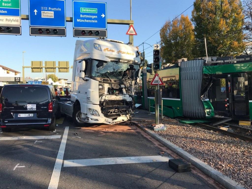 Lastwagen gegen Tram in Muttenz: 37 Personen wurden verletzt, 16 mussten ins Spital.