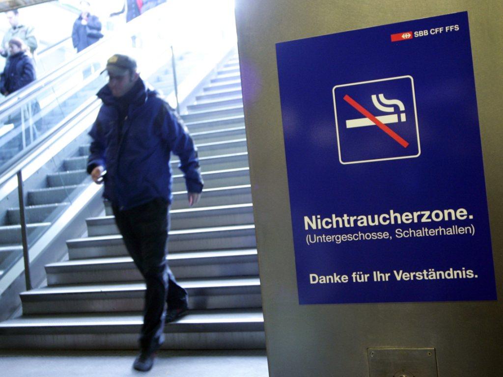 Die SBB erwägt ein Rauchverbot in allen Schweizer Bahnhöfen. (Archiv)